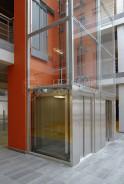 Hydraulický výtah v prosklené výtahové šachtě